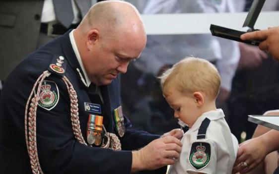澳志愿消防员山火中殉职 19个月大儿子咬奶嘴代领勋章