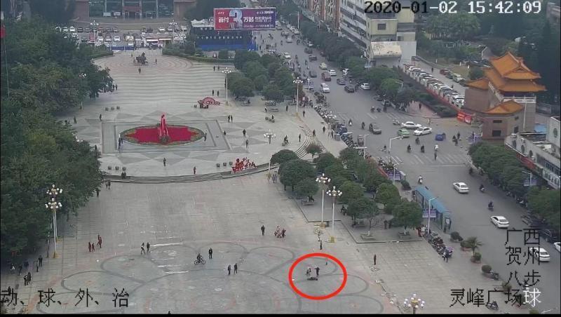 广西贺州警方通报灵峰广场男子殴打女子:因琐事打人 两人系朋友