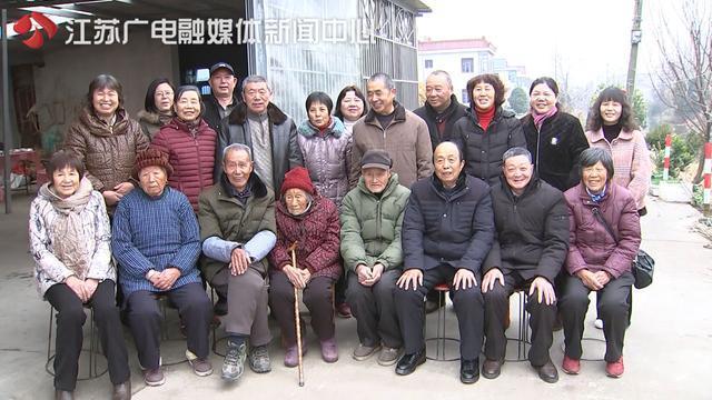 老人喜过105岁大寿五世同堂 孙子说长寿秘诀是:爱喝点米酒