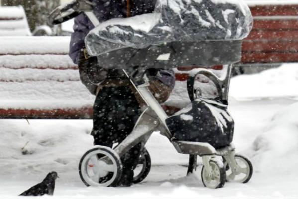 俄罗斯父母想让婴儿呼吸新鲜空气 放在阳台上五小时不幸被冻死