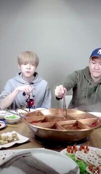 鹿晗吃火锅涮葡萄做黑暗料理 回应被怼状态差:跟你有啥关系