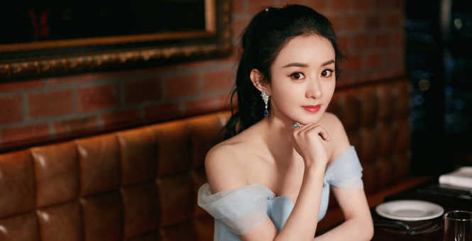 赵丽颖梳高马尾妆容精致 蓝纱裙华丽飘逸似冰雪女王