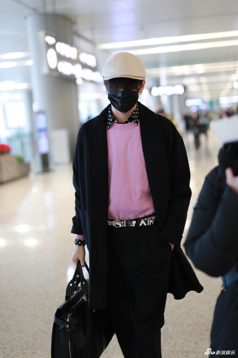 林彦俊口罩遮脸现身机场 单手拎包疾走粉色内搭抢眼