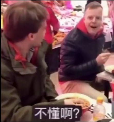 老外在中国遇老外,用中文对话引人爆笑:掌握了唠嗑的精髓!