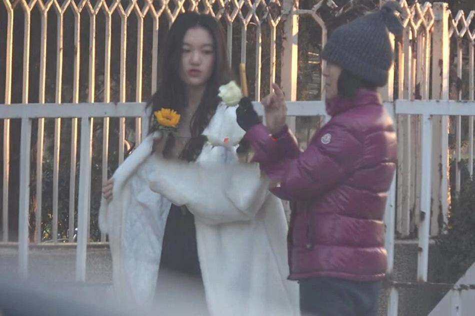 李嫣寒冬穿吊带裙街拍 奶奶化身贴心摄影师帮忙拍照