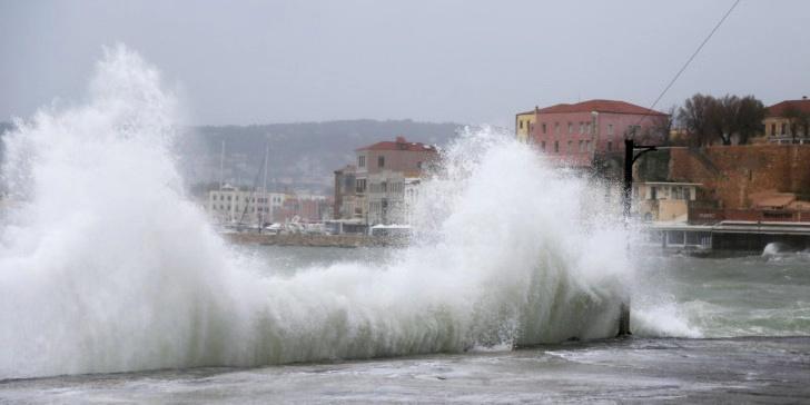 暴风雨继续侵袭希腊海岛 体育场变池塘 学校停课考试延期
