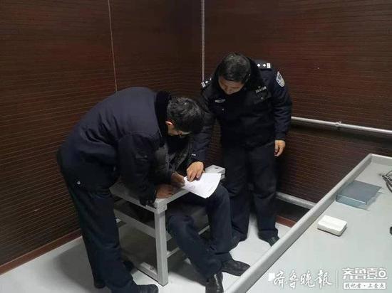 蛋糕店卖烟花 济南一蛋糕店老板违规售卖烟花被拘