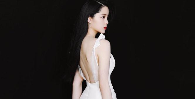 欧阳娜娜穿露背鱼尾裙秀香肩 红唇妆容优雅妩媚