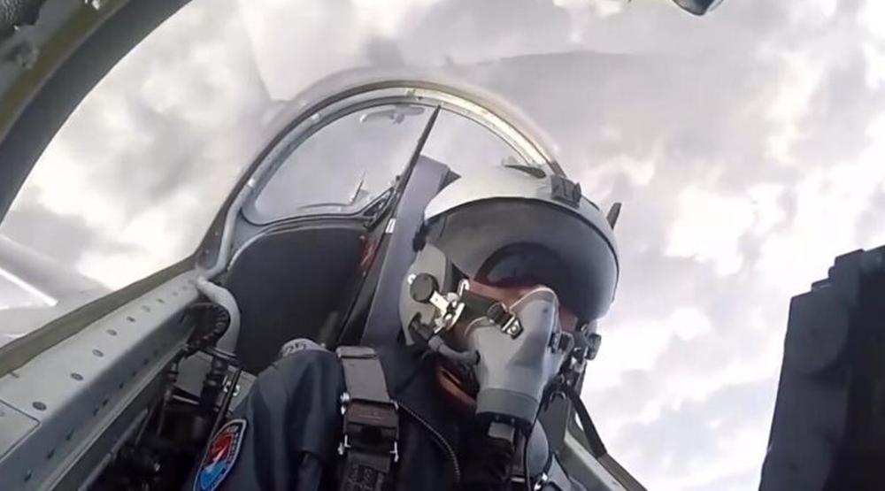 中国空军首批教-10飞行学员完成单飞训练