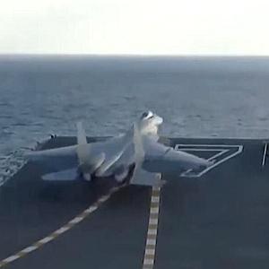 歼15在国产航母山东舰上起降画面首次曝光