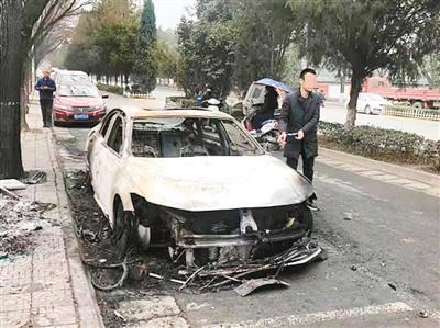 两醉汉点燃轿车还打电话通知车主 围观时当场被抓