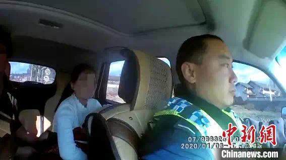 """云南一小孩高烧昏迷 警车变""""救护车""""拉警笛送医院"""