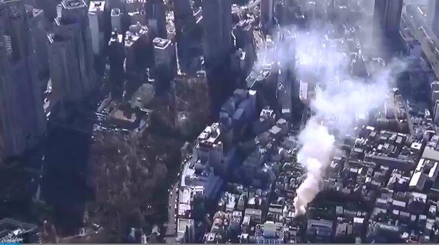 日本东京新宿人员密集区突发大火 目前还在持续燃烧