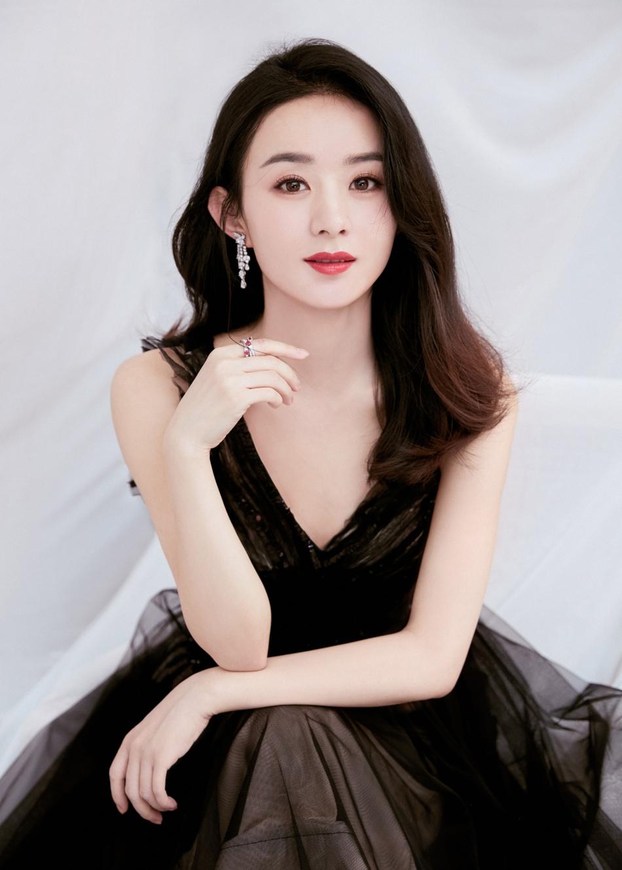 赵丽颖古典写真冷艳高贵 穿深V黑纱裙美如黑天鹅