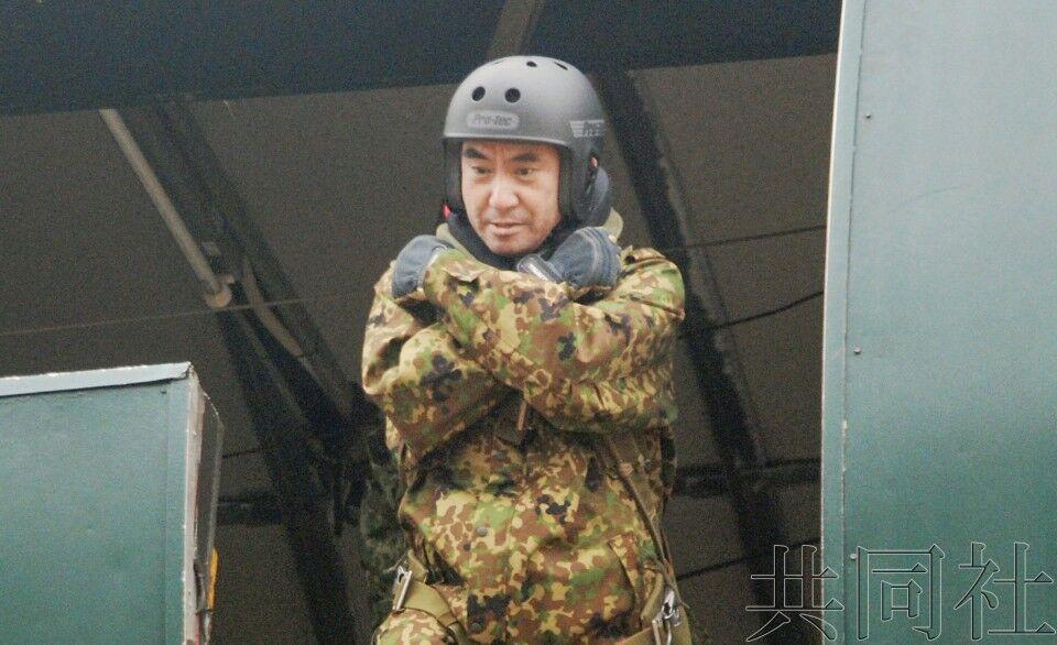日防相河野太郎参加新年跳伞训练,成平民出生防相第一人