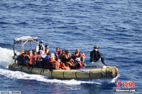 调查:2019年近1900人从英吉利海峡偷渡进入英国