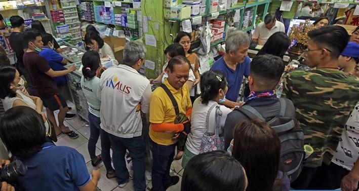 火山爆发造成空气严重污染 菲律宾马尼拉市民抢购口罩
