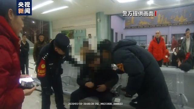 江苏扬州旅客突发疾病 民警群众紧急救助