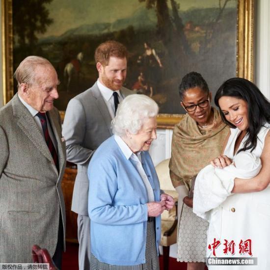 """王室大摊牌!哈里要""""引退"""" 英女王召集儿孙紧急开会"""