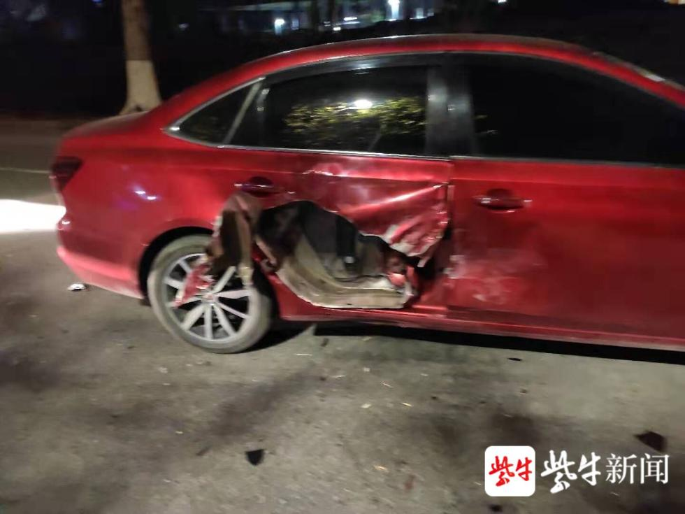 网约车随意调头 小轿车车门被撞了一个大窟窿