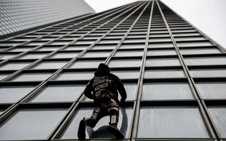 徒手攀187米高大厦撑罢工者 法国57岁