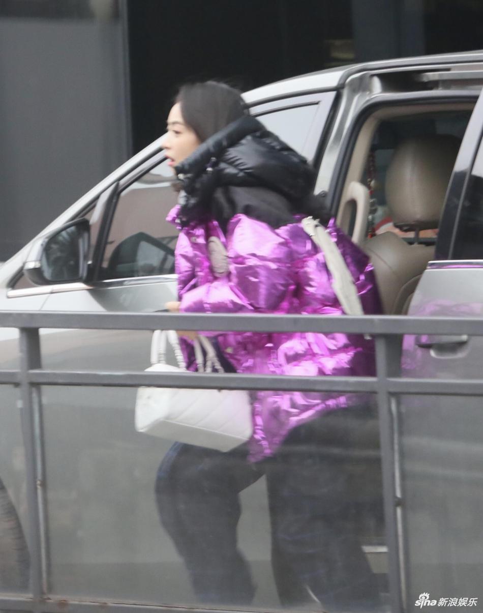 宋茜穿紫色羽绒服亮相节目录制 朝粉丝挥手致意心情好