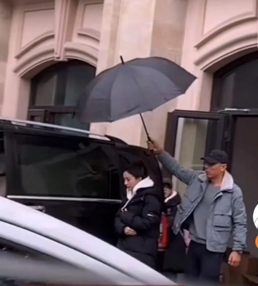 赵丽颖雨天拍戏工作人员为其打伞 裹羽绒服扎高马尾超可爱