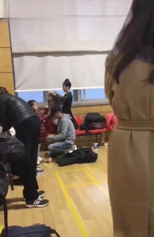 文章独自带两个女儿练舞 单膝跪地为孩子穿衣服