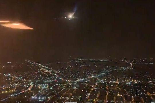 快讯!美联航客机飞行途中引擎起火并迫降,官方:系机械问题