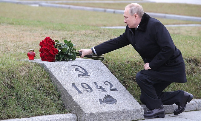 出席二战悼念活动,普京单膝跪地向兄长墓碑深情献花