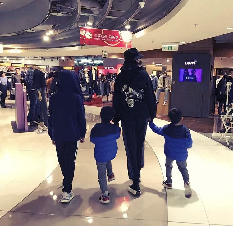 林志颖妻子陈若仪带三个儿子逛街 Kimi出镜长高不少