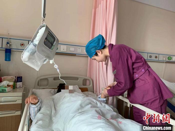 """安徽一产妇脐带脱垂 助产士全程跪地完成""""生命托举"""""""