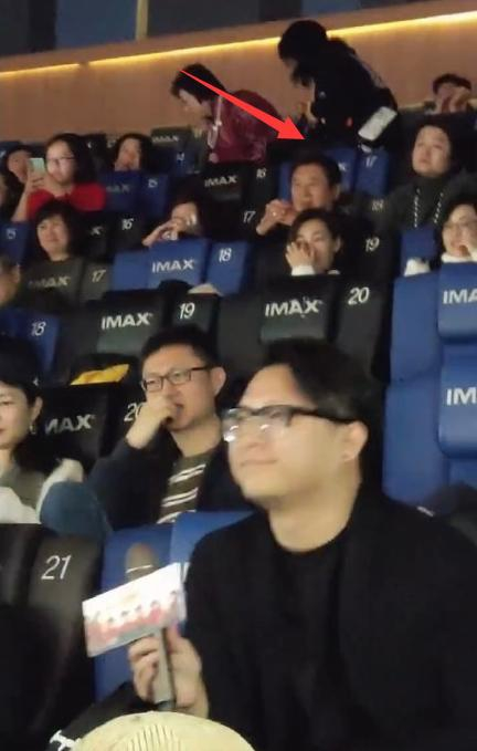 高以翔爸爸来北京看儿子生前客串的电影 坐影院后排很低调