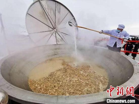 """新疆福海冬捕节万人同享1吨""""鱼羊汤"""""""