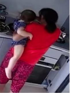 新加坡16个月大女婴遭保姆虐待 母亲看到监控录像心碎