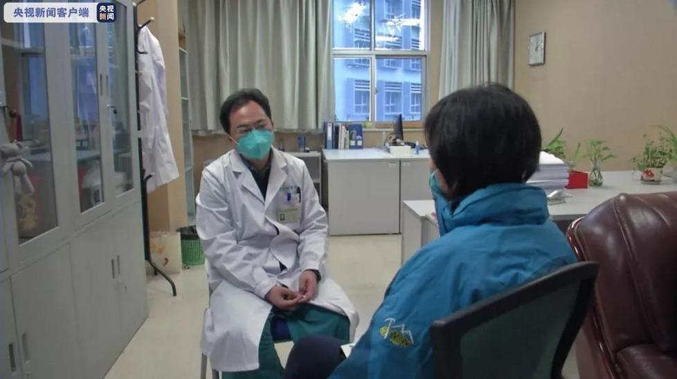 央视记者采访武汉一线医生:不想当英雄,只想父老乡亲不受病痛折磨