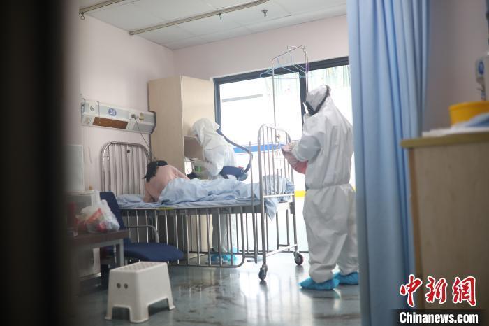 上海诊治新型冠状病毒感染患儿:避免过度治疗 及时安抚情绪