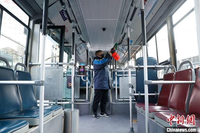乘公交碰到车门扶手怎么办?专家:及时用消毒剂擦手