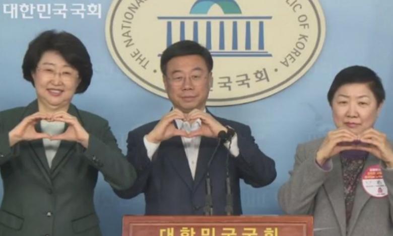 韩国议员提倡用比心代替握手:不用接触,又有爱(图)