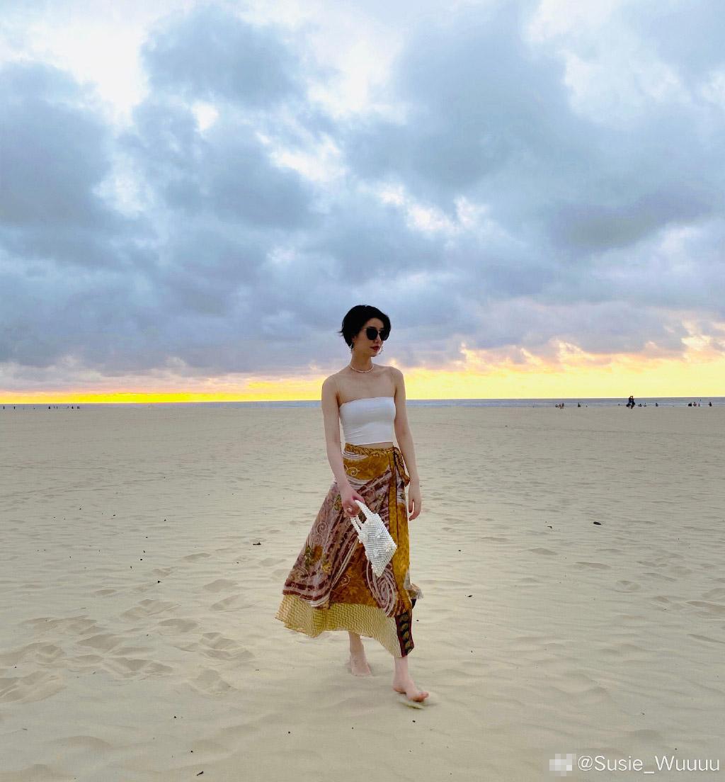 李亚鹏女友穿超短裤海边度假 长腿吸睛