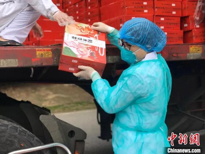 吉林援鄂医疗队队员侃东北话安抚患者:我是东北那嘎达的