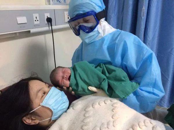 新型冠状病毒感染的肺炎孕妇在武汉成功自然分娩