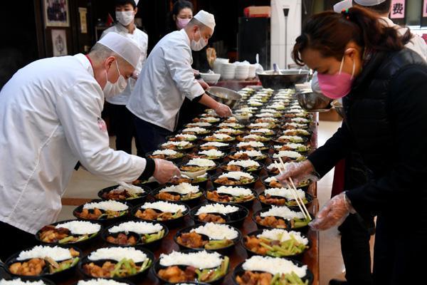 西安一饭庄免费为防疫人员送近三千份热食,元宵节前还送汤圆