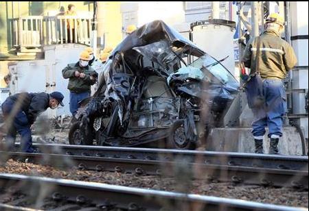 日本一汽车冲上铁轨与电车相撞 51岁司机死亡(图)