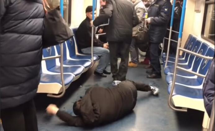 俄3名男子假扮新冠肺炎患者假装发病被抓,网友:愚蠢的玩笑,该罚!