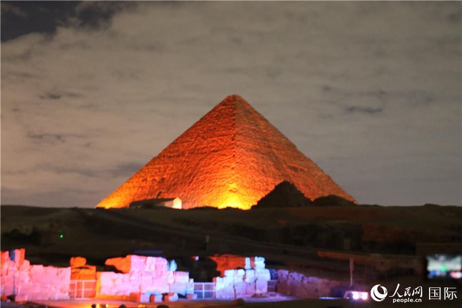 """法塔西:金字塔披上""""中国红"""" 体现埃中两国古老文明的和谐共存"""