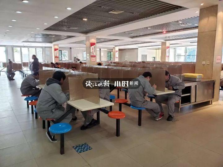 杭州一企业食堂,员工餐桌用硬纸板隔离!这样科学吗?