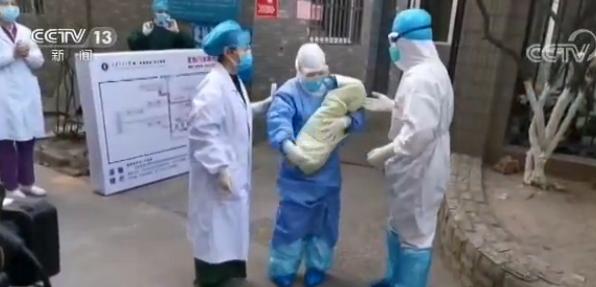 陕西首例新冠肺炎产妇和健康宝宝出院