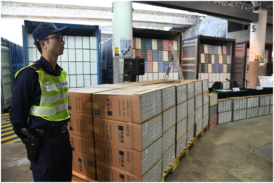 香港海关查获20年来最大宗走私香烟案,4名男子被捕