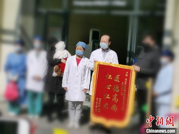 """7月龄新冠肺炎患儿上海痊愈出院 """"临时妈妈""""把她""""喂胖了"""""""